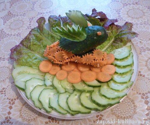 Нарезка овощная «Птичка в морковных цветочках»