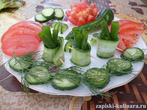 Овощная нарезка из помидор и огурцов
